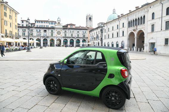 Mercedes-Benz Italia rinnova il comodato d'uso e consegna una smart Electric Drive al Comune